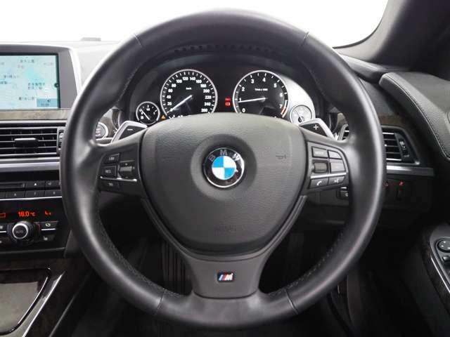 マルチファンクション付きステアリングが装備されており、快適なドライブができます。