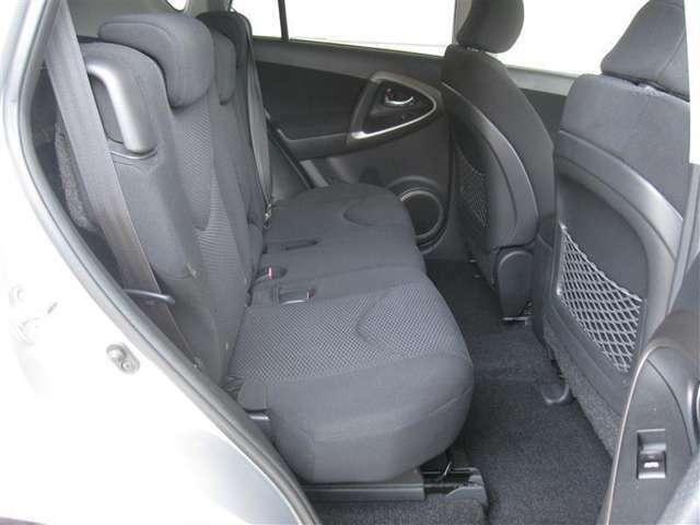 左右どちらからでも乗降し易いリヤシート。左右にアシストグリップを装備。またラゲージスペース(荷室)にはトノカバーを装備で安心。