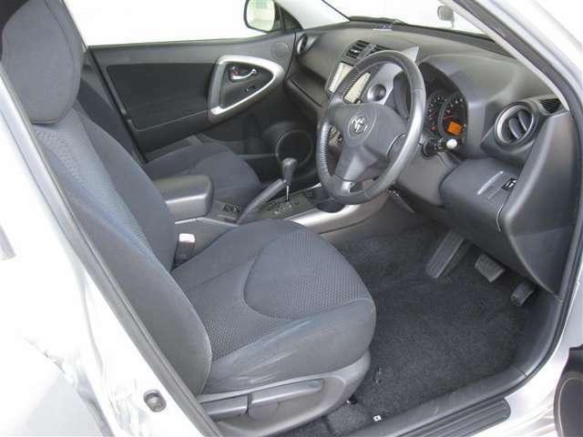 乗降性の良いフロントシートは見晴らし良く運転し易いポジションが得られます。左右にアシストグリップを装備。(^◇^)