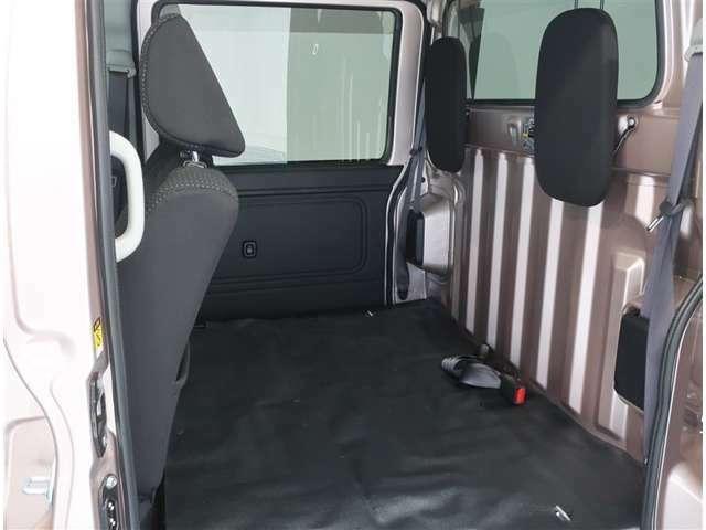 荷室空間広々、用途によって多様なシートアレンジが可能です。