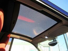 ガラスルーフの装備ですので開放感溢れる車内をお楽しみください。