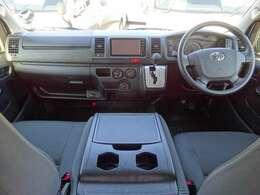運転席エアバッグ/ABS/キーレス/イモビライザー/アクセサリーコンセント(AC100V)/排ガス浄化装置スイッチ/電動格納式ドアミラー/フロントエアコンが装備されています。