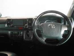 シンプルな運転席周りです。ハンドルを握ったままオーディオ操作などの変更が出来る、ステアリングスイッチ付き。画面を見ながらの操作は危ないですからね。。。