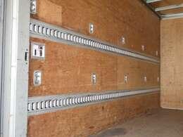 2段ラッシングベルトや室内灯もついております。荷台内形は、長さ:440cm 幅:208cm 高さ:219cmとなっております。
