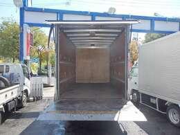 荷台の詳細と致しまして、最大積載量3,000kg、荷台後ろ開口部の詳細と致しまして、幅:198cm 高さ:216cmとなっております。また、荷台の地上高は80cmです。ボディはトヨタ車体製です!