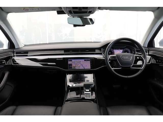 明るく視界が広がる水平基調のダッシュボードがキャビンを更にゆとりある空間に感じさせ、ラップアラウンドデザインとも相まって上質な雰囲気を演出します。