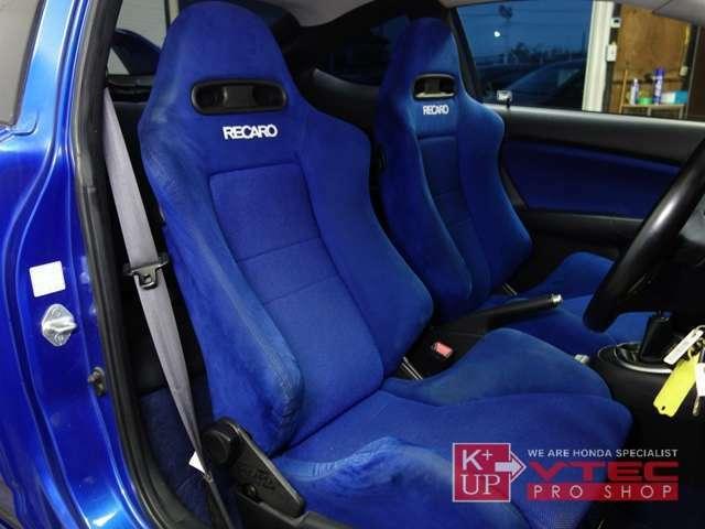 希少な純正青レカロシート!運転席はサイドウォールに少々ヘタリが見受けられますが、青々と色褪せ少なく、おおむねキレイなコンディションです。ホールド性も良く、ロングドライブでも疲労感の少ないシートです!