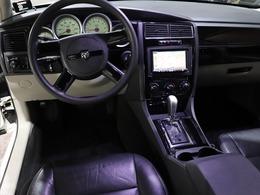 【 本革シート 】高級車の代名詞である、本革シートを装備していますので、高級感があります。