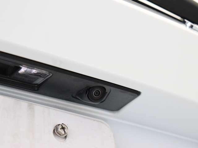 カメラとセンサーのWサポート。雨天時や夜間など、後方視界の確保が困難な時にも最適な駐車ラインをアナウンスしてくれます。