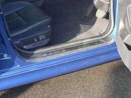 フロントのドアを開けるとサイドシル上部にはこんな文字が//BMW Japan 20th AnniverSary//ちょっとムフッとしてしまいます。