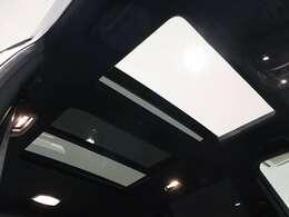 【開放感あふれる大きなサンルーフ】広大な透過面積を持つ断熱強化ガラスが、室内全体にひときわの明るさと開放感をもたらします。