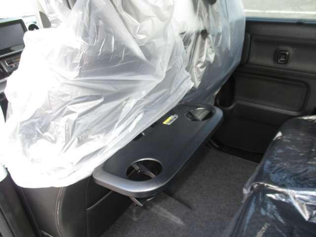 フロントシート左右背もたれにはテーブルが付きます♪