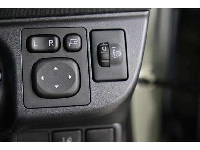 ボタン一つで、ミラーの開閉が出来ます。すれ違いの時や、パーキングの時にこすりにくくなりますよ!!