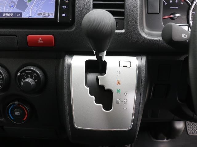 操作ラクラクのシフトです。 坂道や信号のストップ&ゴーの多い日本では操作簡単でいいです。 シフトチェンジしやすい配置で操作し易いですよ。