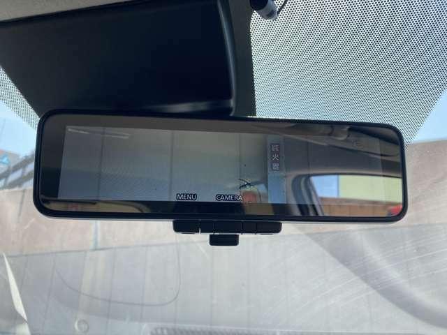【インテリジェントルームミラー】乗員、ヘッドレスト、積載物などでさえぎられがちなルームミラーの後方視界をクリアに保ちます。車室内の状況にかかわらず、車両後方にあるカメラの画像をミラーに映し出します。