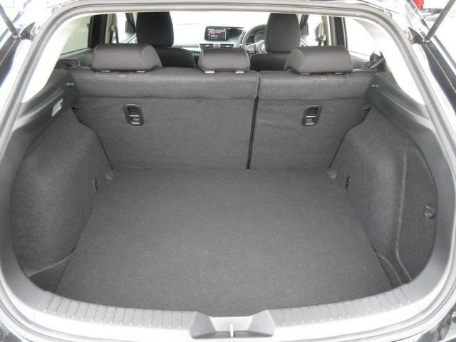 充分な広さ(大型スーツケース3個分)のトランクルームです☆リアシートバックを前に倒せば、長尺のお荷物にも対応できるようになっています。