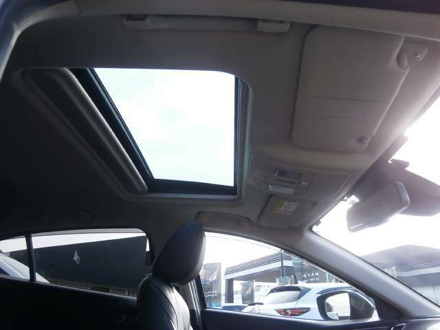 サンルーフ付き!開放感があり快適にドライブできます!