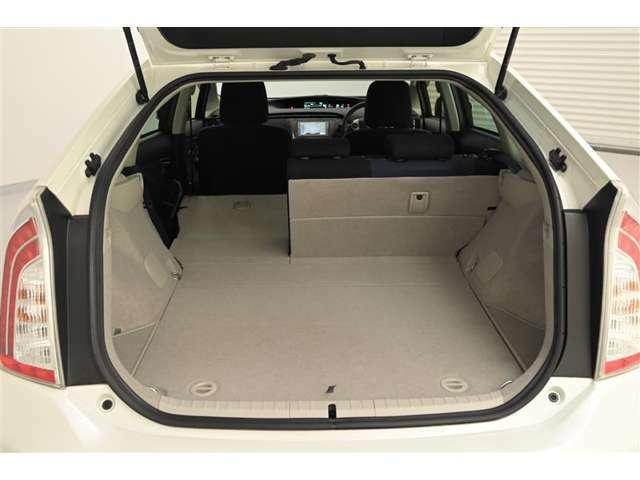 後部座席は、6:4分割可倒式です。 シートバックが前倒しでき、丈の長い荷物を積むことができます。