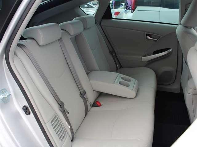 後席にはひじ掛けもついて、ゆったり座って移動できます!ISOFIX対応でチャイルドシートの取り付けも可能です!