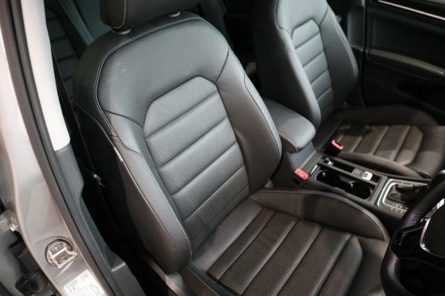 上質なレザー素材を使い、シートはホールド性に優れ長時間の運転でも疲れにくい設計です。