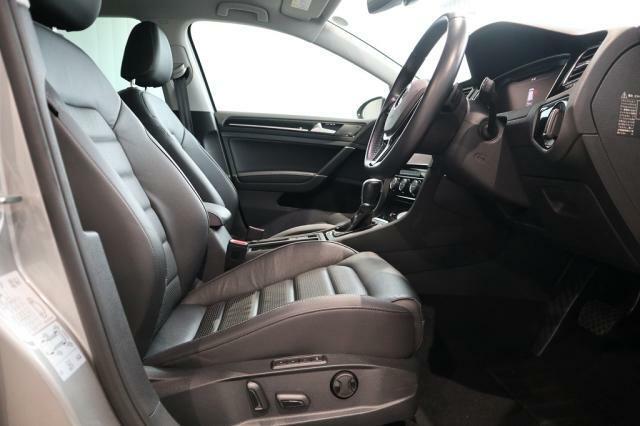 運転席シートにはパワーシートスイッチを備え、ポジショニングメモリーも3つ用意されています。