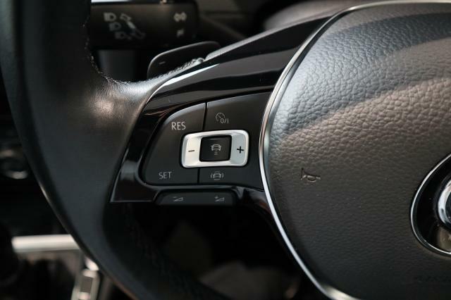 追従機能付きクルーズコントロール(ACC)の操作ボタン。高速での長距離移動がとても楽になります。