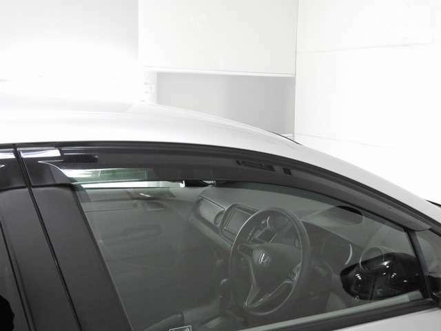 【ドアバイザー】室内の換気や雨天時にも大変便利にご活用頂けるドアバイザー装備!細かな装備ですがうれしいですね!