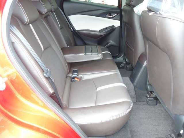 ゆったりとした後部座席。リクライニングはできませんが、中央に肘掛もあり、ゆったりとロングドライブに出かけられます。