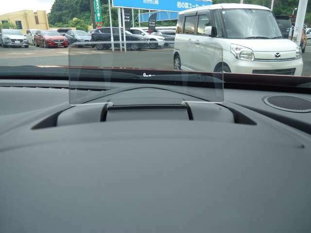 メーターの上にドライビングディスプレイを装備し、スピードや前車との間隔などが分かるようになっています☆