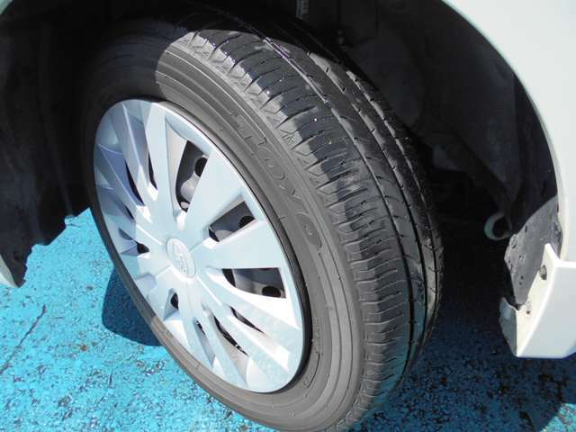 タイヤはトーヨー製ナノエナジー3付き!!タイヤ山は4~5分山(多少シワあり)!!新品&スタッドレスタイヤも格安海外品から国産品まで各種取り扱えますので交換ご希望の方はお気軽にご相談下さい!!!