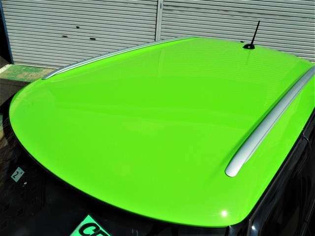 ルーフはMINI専用のカラーリングのアップルグリーンにペイント施工しています