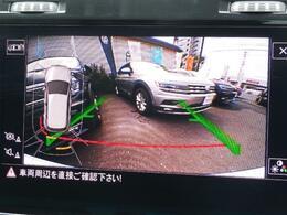 ギヤセレクターレバーをリバース(R)に入れると、リヤビューモニターとパークデュスタンスセンサーが作動。車両映像をディスプレイに映し出し、音と映像で後退時の安全をサポートします。