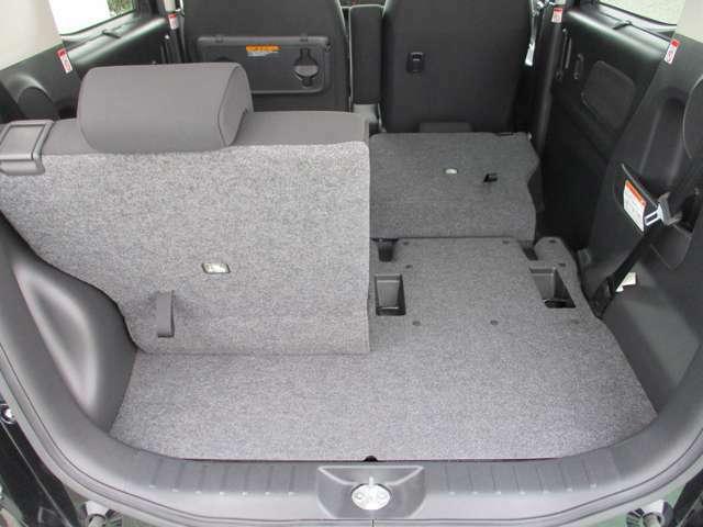 後席シートは左右別々に倒れるので積みたい荷物に合わせてシートアレンジ可能。