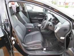 運転席周辺のお写真です!運転席と助手席の間にはアームレストが装備されています!