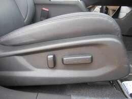 運転席は電動シートになっていますので、シートポジションの細かい調整が可能です!