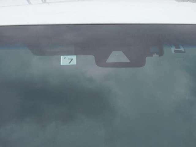 フロントガラス上部のカメラで各運転支援の作動に必要な情報を認識します。