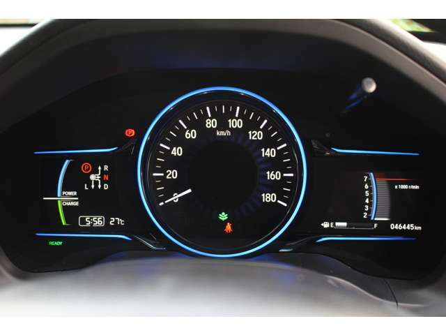 瞬時に情報がドライバーに伝わるメーター類。低燃費走行もこのディスプレイを基にチャレンジ!