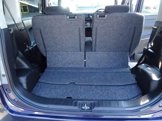 セカンドシートを倒せば荷室はもっと確保できます。