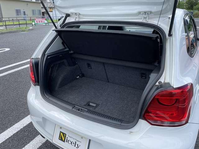 トランクルームは開口部共に広々としており、ゴルフバックなど大きなお荷物も出し入れしやすいです