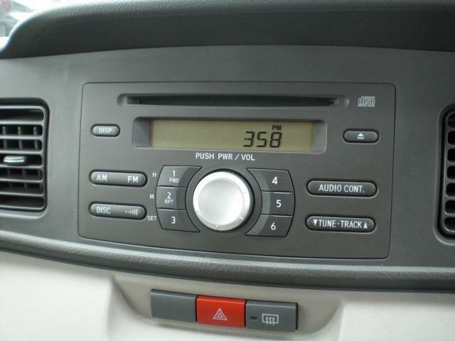 純正CDチューナーです(別途費用はかかりますが、オーディオパネル交換しインダッシュタイプのナビTVの移設も可能です)