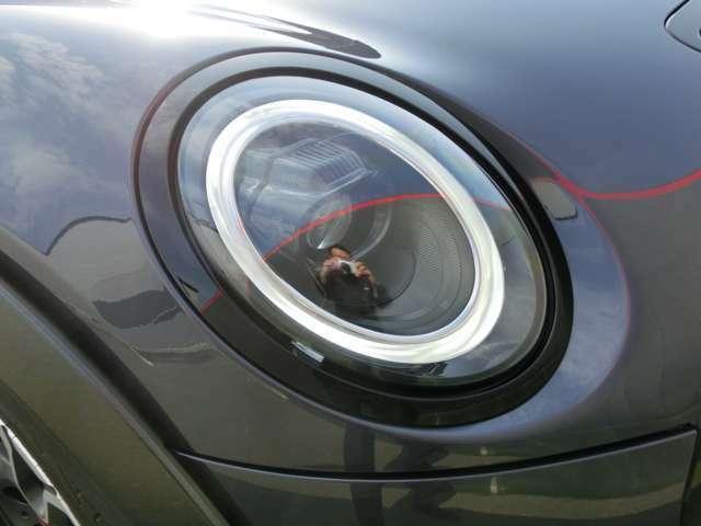 ヘッドライトリングだけでなくユニット自体もブラックで統一されてスポーティーさがグッとアップしています。
