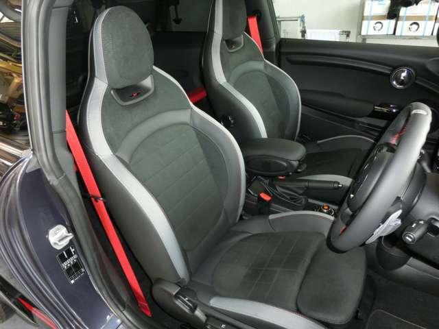 オットマン付の少し硬めのダイナミカレザースポーツシートはコーナリングの安定感と長距離運転の疲労軽減に役立ちます。