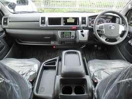 Wエアバッグ/ABS/スマートキー×2/イモビライザー/VSC/アクセサリーコンセント(AC100V)/電動格納式ドアミラー/フロントオートエアコン/リヤクーラー/リヤヒーターが装備されています。
