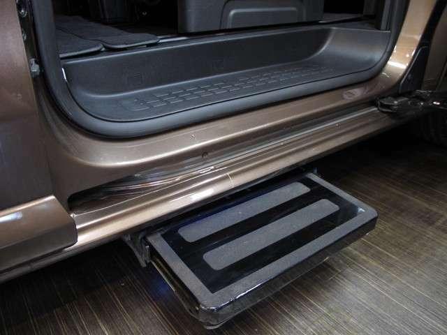 左側スライドドアには開閉に合わせて電動ステップも出て参りますので、乗り降りも楽々!