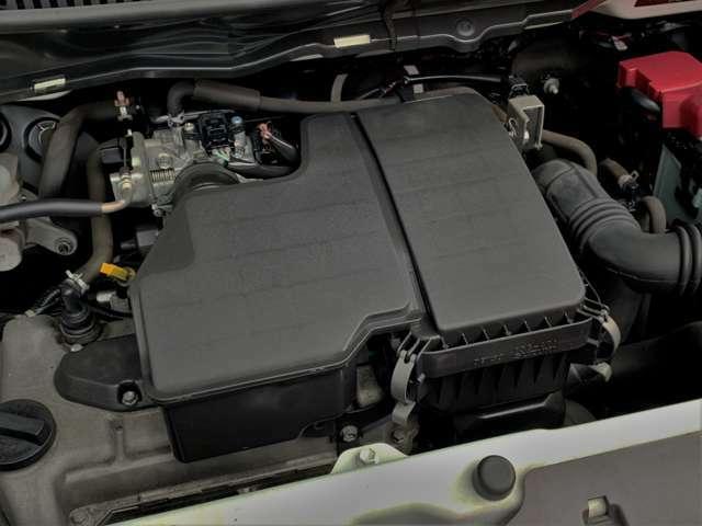 水冷直列3気筒DOHC12バルブのエンジンを搭載したエンジンルームは綺麗な状態です。見えない部分も綺麗な状態だと気持ちよく運転できますね♪