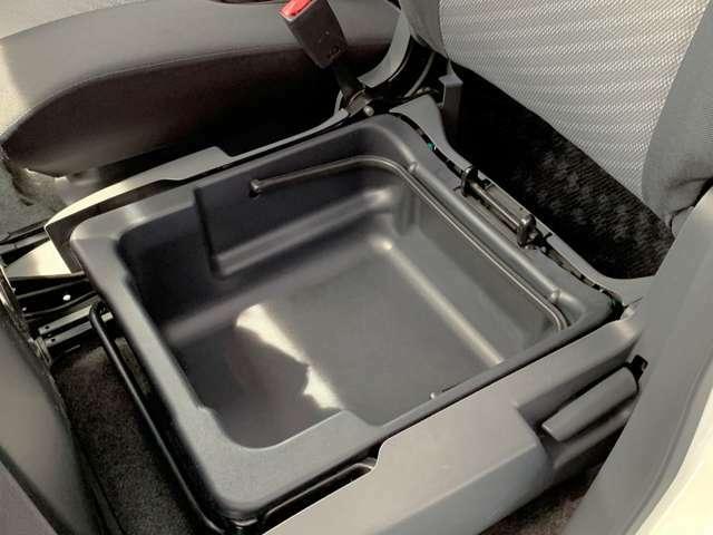 助手席のシート座面の下には収納トレイが装備されています。普段使わないものを収納したり、何かと便利です♪