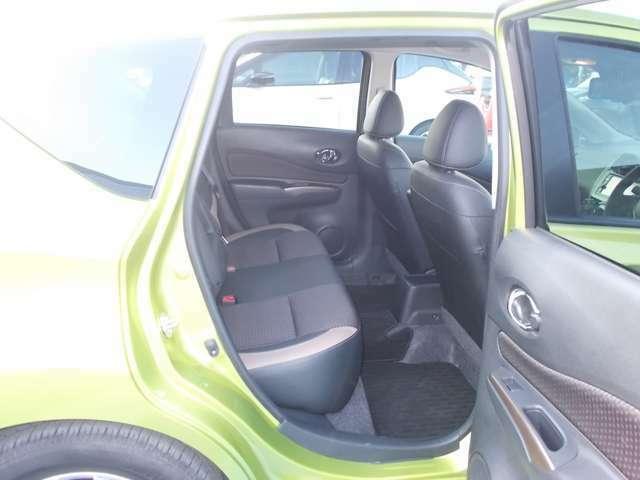 後席はコンパクトカーとは思えないほどの広さを誇っており、足を伸ばして座れます。