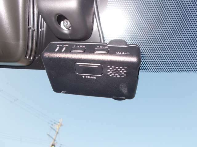 ドライブレコーダーです。事故やあおり運転にあっても証拠が残るので安心できます。