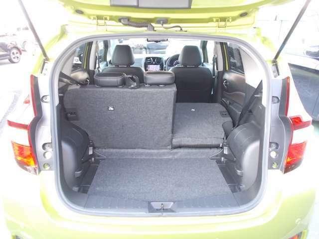 荷室も広々としており、大きい多くの荷物の収納が可能です。シートも6:4分割で倒せるので使い勝手がいいですよ。