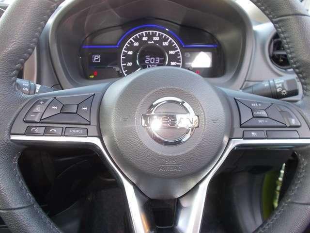 ハンドルにはクルーズコントロールのスイッチが付いてます。速度設定ができて高速道路の運転などが楽です。
